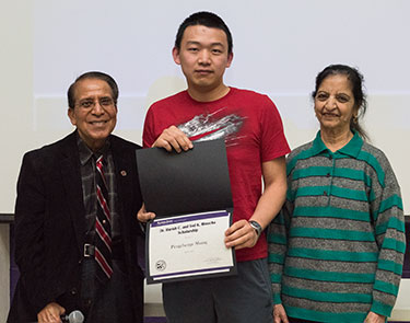 Dr. Harish and Ved Minocha present their namesake scholarship to Pengchenge Shang.